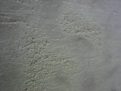 次の写真は削り工程の途中の表面の接写です。 削ると砂面状になりますが、これに釉薬がかかると暖かな良い表情になります。